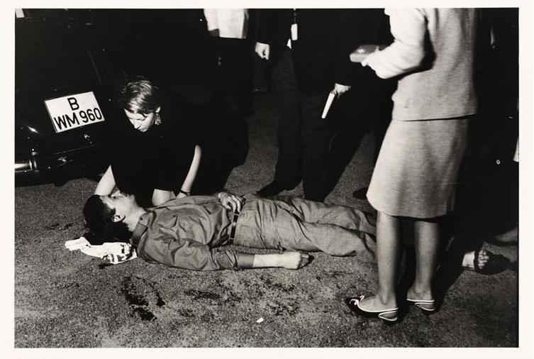L'étudiant Benno Ohnesorg, mortellement blessé par un policier, Krumme Strasse, photographie de Bernard Larsonn