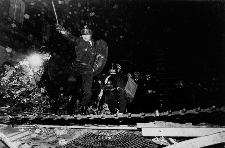 Charge de CRS, boulevard Saint-Michel, 23 mai 1968 photographié par Gilles Caron