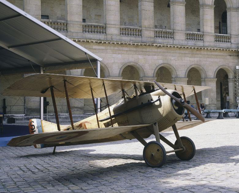 """Avion Spad VII \""""Vieux Charles\"""" du capitaine Guynemer Dans la cour d'honneur des Invalides le 9 septembre 1987"""