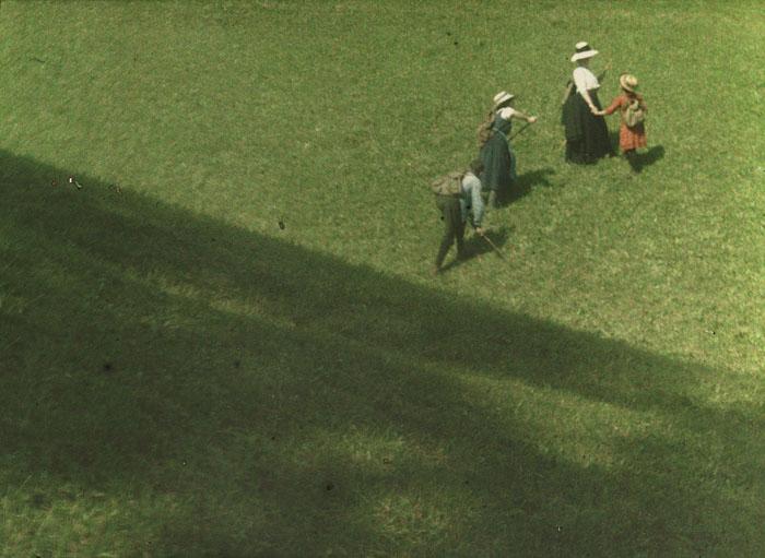 Paysage, trois enfants et une femme partant pique-niquer sur une colline, Heinrich Kühn