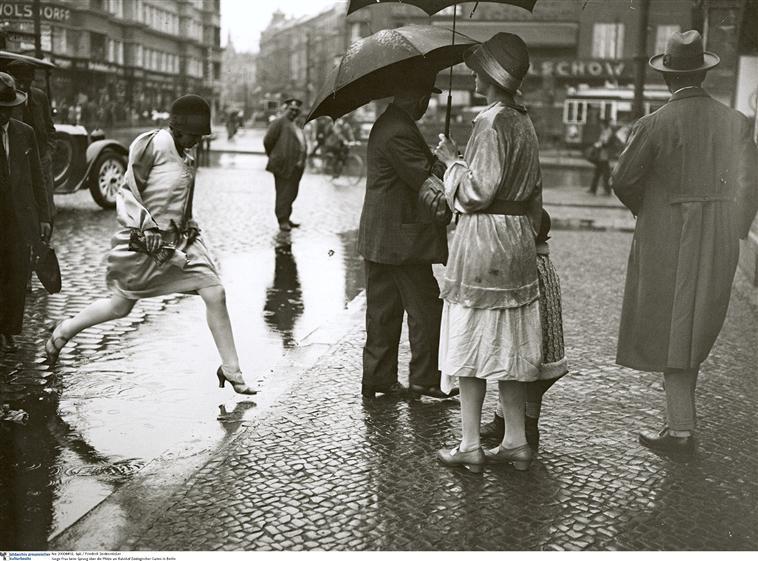 Une jeune femme saute au-dessus d une flaque d eau, Seidenstücker Friedrich, Allemagne, Berlin, BPK