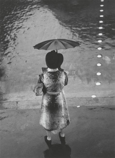 Rue de Rivoli, femme au parapluie, Brassaï, Paris, Centre Pompidou - Musée national d'art moderne - Centre de création industrielle