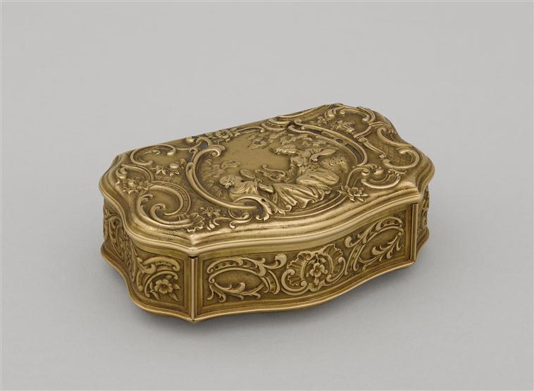"""Tabatière dite \"""" pleine \"""" en or ciselé et gravé"""