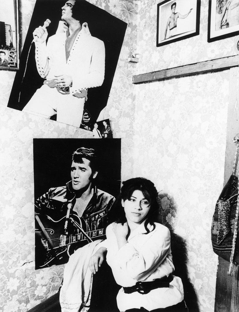 Posters d'Elvis Presley sur du papier peint à fleurs : une adolescente turque à hambourg, Günter Zint