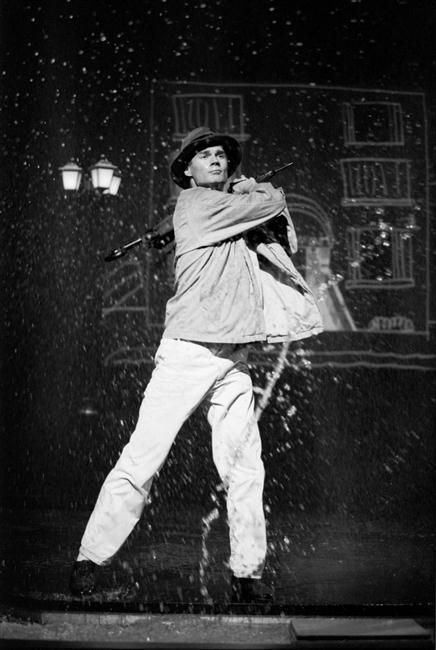 Paul Robinson interprète Don Lockwood dans Singin in the rain