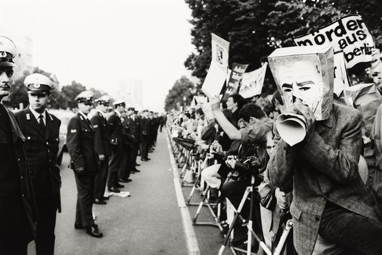 Manifestation contre la visite du shah d'Iran à Berlin-Ouest, dans la soirée du 2 juin 1967, photographie de Bernard Larsonn