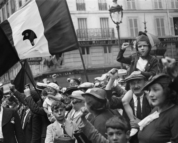 Pendant le défilé de la victoire du Front populaire, rue Saint-Antoine, Paris, 14 Juillet 1936, Willy Ronis