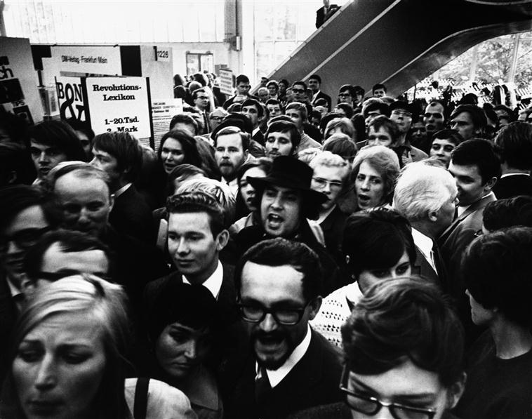 Manifestation de l'Union socialiste allemande des étudiants (SDS) à la Foire du livre de Francfort, photographie d'Abisag Tüllmann