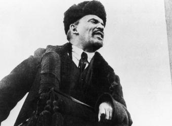 Lénine tenant un discours sur la Place Rouge pour célébrer le premier anniversaire de la Révolution d'Octobre, Allemagne, Berlin, BPK