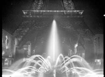 Fontaine illuminée aux pieds de la Tour Eiffel. Kollar François (1904-1979), photographe