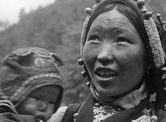 Spectateurs du théâtre populaire, Yatung, Tibet;Fosco Maraini, Fratelli Alinari