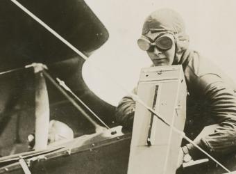 Aviateur américain prenant des photographies des tranchées ennemies afin d'optimier les tirs de l'artillerie
