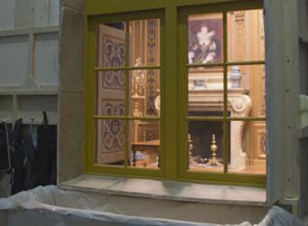 vue du décor par une fenêtre