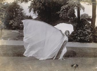Loïe Fuller dansant, vue de profil droit, Harry C. Ellis, musée d'Orsay