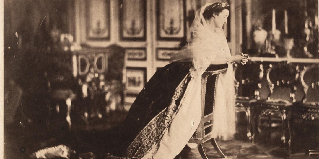 L'impératrice Eugénie agenouillée sur un prie-Dieu dans le salon du palais de Saint-Cloud, Gustave Le Gray, Château de Compiègne