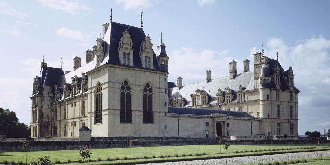 Vue extérieure du château d'Ecouen : façade sud du château, prise de l'angle sud-est