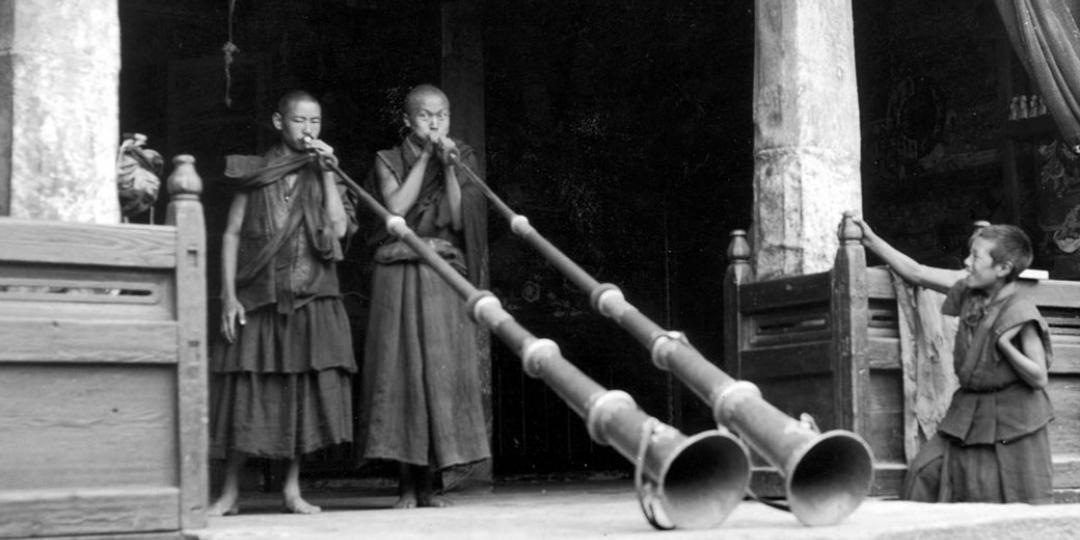 Joueurs de tung-chen (Monastère de Kirimtse, Vallée de Chumbi, Tibet) de Fosco Maraini (1912-2004).  Fratelli Alinari