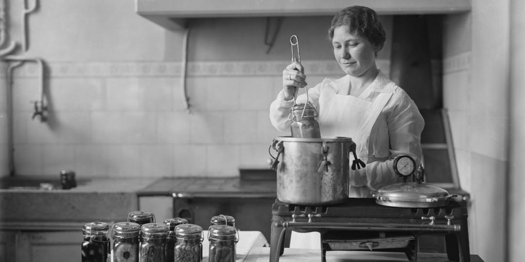Opérations de fabrication de boîtes de conserve : Melle Davies à la stérilisation des bocaux; Médiathèque de l'Architecture et du Patrimoine