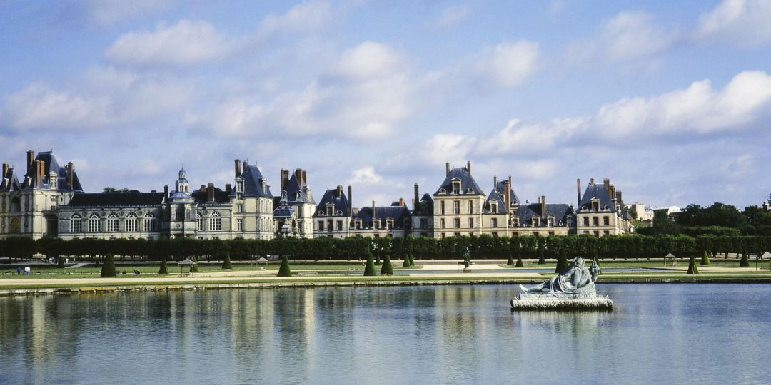 Parc et château de Fontainebleau, Grand Parterre et statue du Tibre sur le rond d'eau, de Jean-Baptiste Leroux