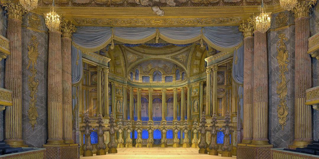 L'Opéra Royal : vue sur la scène avec le rideau levé et le décor apparant - Château de Versailles, Dist. RMN-Grand Palais / Jean-Marc Manaï