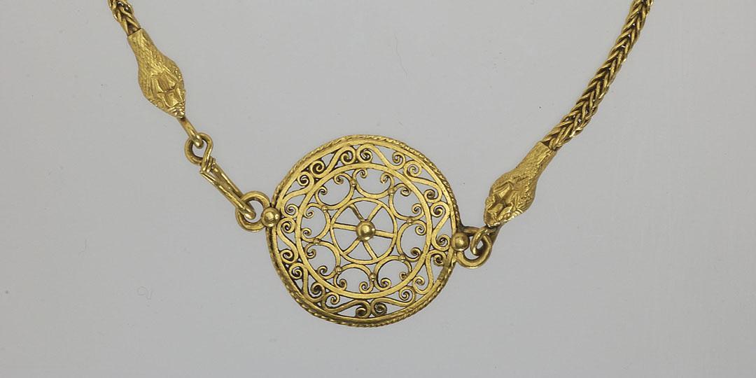 Collier avec fermoir en médaillon de filigrane, musée du Louvre, Antiquités égyptiennes