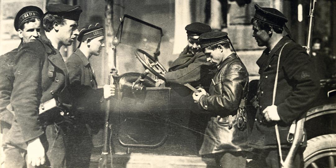 Des Marins de la Flotte de la Baltique vérifiant les papiers d'identité à Pétrograd,Yakov Shteinberg,  Londres, Tate Collection