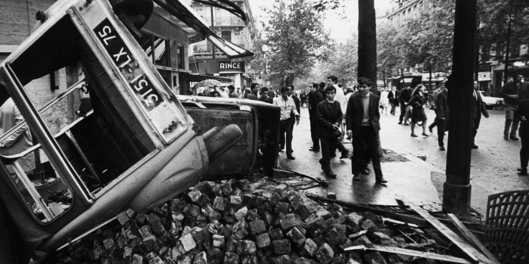 Vestiges de barricades, boulevard Saint-Michel à Paris, après les émeutes étudiantes de mai 1968 de Günter Zint