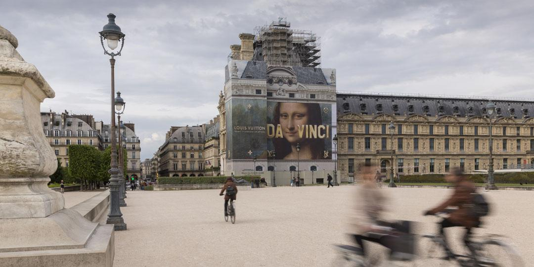 cour du Louvre avec affiche Vuitton
